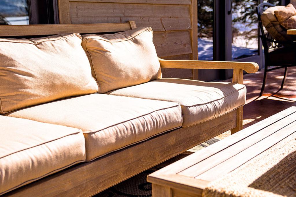 arredamento esterno in legno di castagno